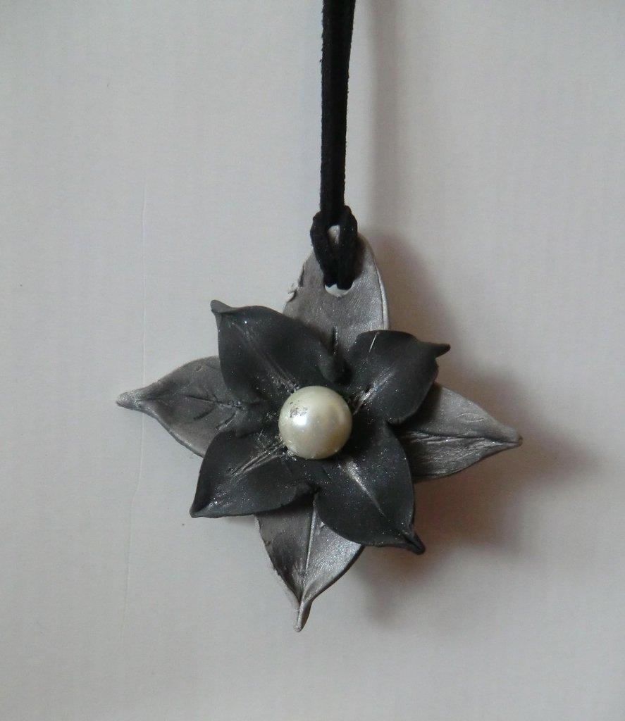 Fiore in pasta modellabile lavorato a mano in colore nero e argento con perla argento e laccio in cuoio nero l