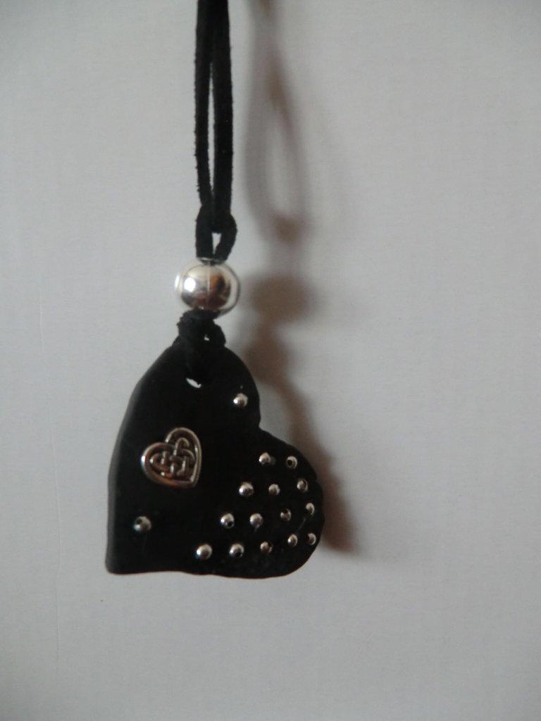Ciondolo a cuore in pasta modellabile nera lavorato a mano con applicazioni di metallo argentato e laccio in cuoio nero