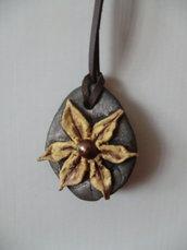 Ciondolo fiore nero e oro/bronzo in pasta modellabile creato a mano e laccio in cuoio marrone