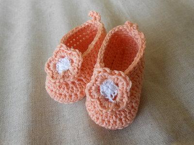 Scarpine bambina, rosa salmone con fiore crochet, idea regalo.