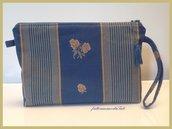 Pochette in cotone blu ceruleo con righe e rose gialle