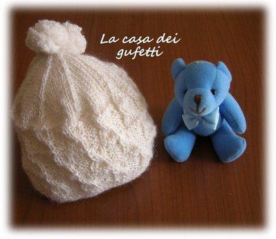Cappellino panna per neonato con intrecci realizzato a mano