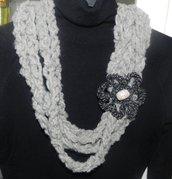 Sciarpa collana con fiore realizzata ad uncinetto