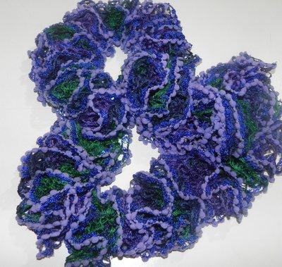 Sciarpa handmade nei  toni del viola-blu-verde con paillettes in filato volant