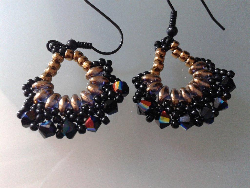 orecchini  in tessitura di perline a ventaglio con cristalli, superduo e rocaille