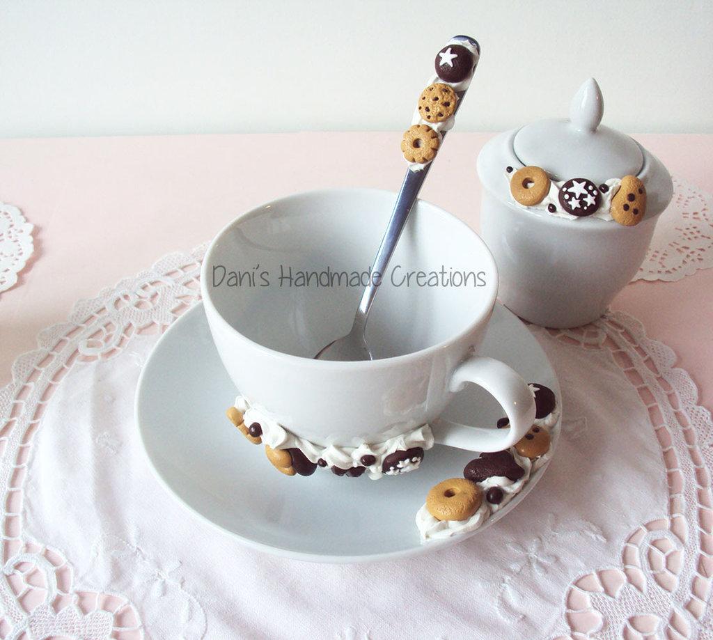 Set per colazione : tazza, cucchiaino e zuccheriera decorati