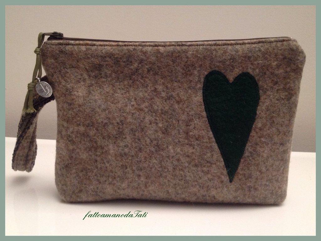 Pochette  in lana cotta con cuore verde e fodera camouflage