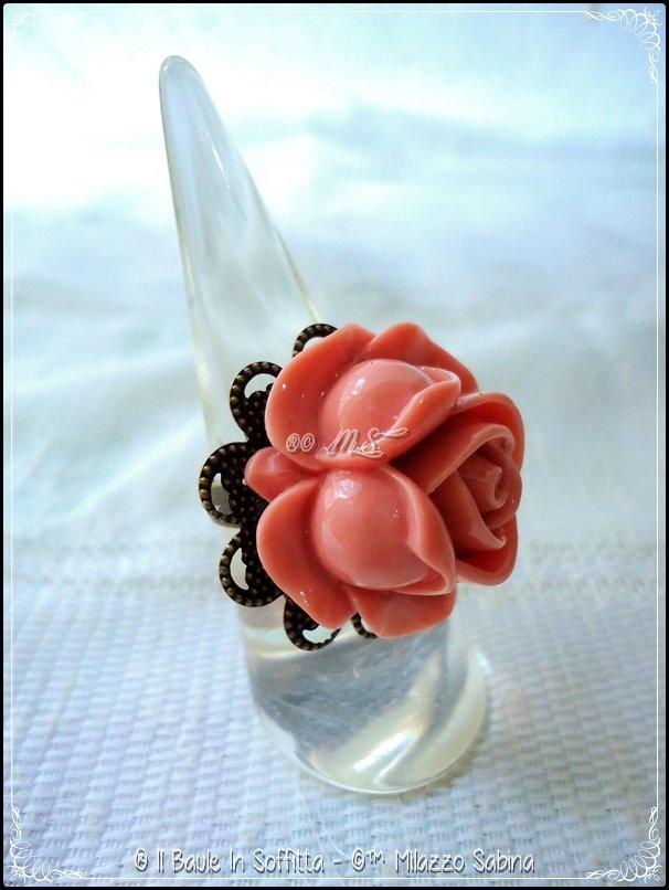 Anello in bronzo con base in filigrana e applicazione Rosa in resina