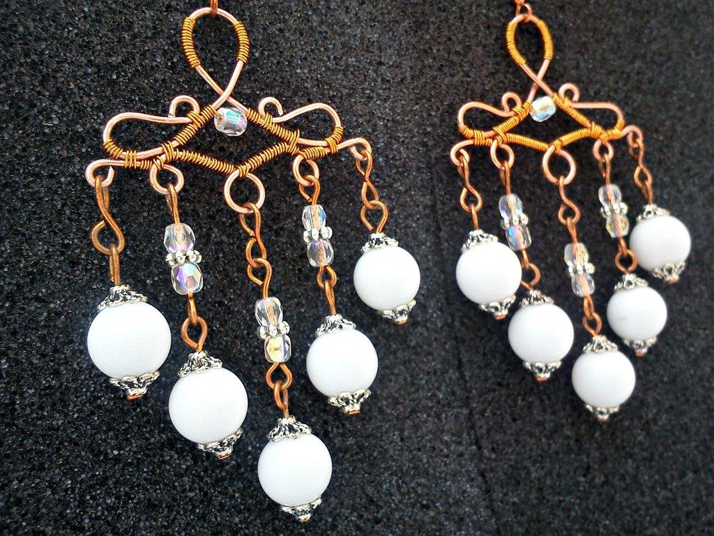 Wire orecchini pendenti in filo di rame impreziositi da mezzi cristalli e sfere bianco candido