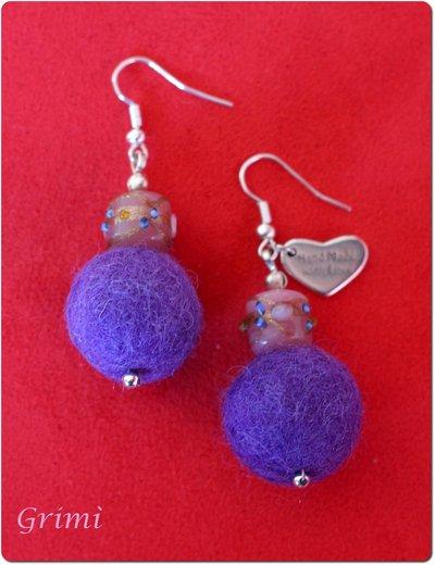 Orecchini pendenti con lana cotta viola e vetro di Murano rosa