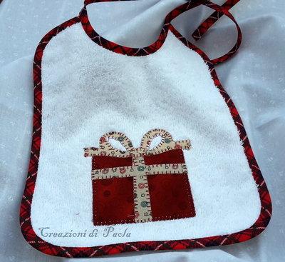 Bavaglino natalizio con pacchetto regalo