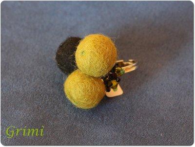 Anello con lana cotta verde e nera e biconi