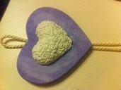 Cuore Shabby-Chic: cuoricino varie forme di gesso su legno colorato e decapato. Adatta a decorazione, bomboniera o regalo.