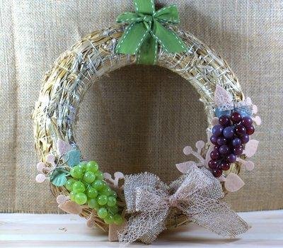 ghirlanda autunnale con grappoli d'uva