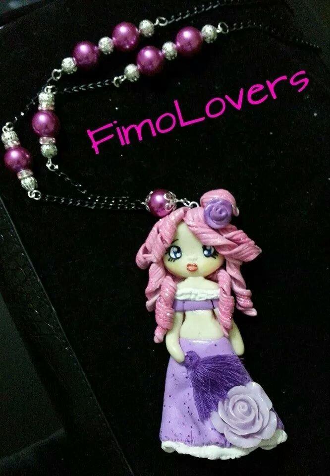 Collana, realizzata a mano, in fimo, con bambola, sui toni del viola e rosa con perle.