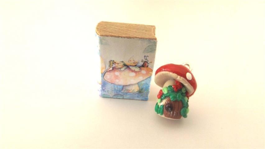 NUOVA SERIE - FANTASY FAIRY HOUSE - le casette delle fate - CIONDOLO PORTAFORTUNA MINIATURA  con libricino in legno - ROSSO modello 3  - idea regalo natale