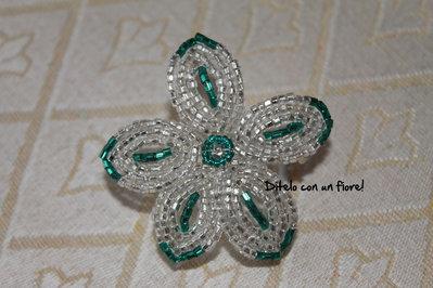 Fiore di perline trasparenti e smeraldo