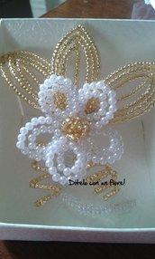 Elegante fiore di perle e petali di perline oro