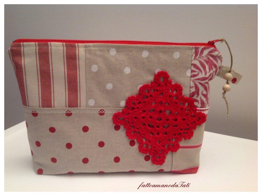 Pochette patchwork  in cotone rosso e beige con centrìno quadrato rosso