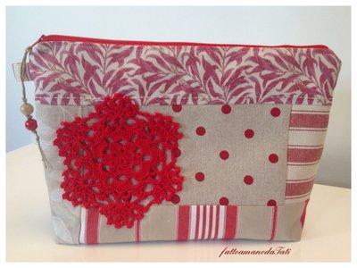 Pochette patchwork in cotone rosso e beige con centrìno rosso esagonale