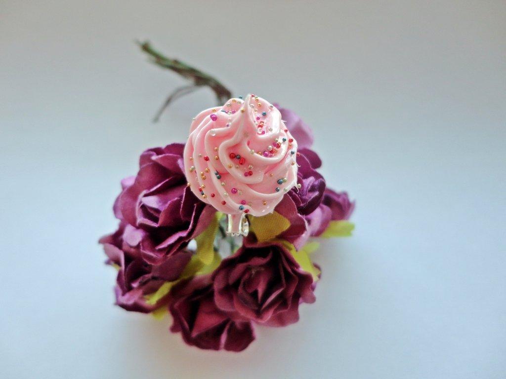 Anello decoden ciuffo di panna montata rosa e confettini colorati - fatto  a mano