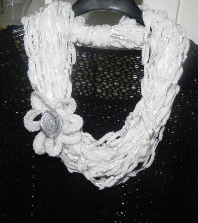 Sciarpa collana bianca  fatta a mano ad uncinetto con fiore
