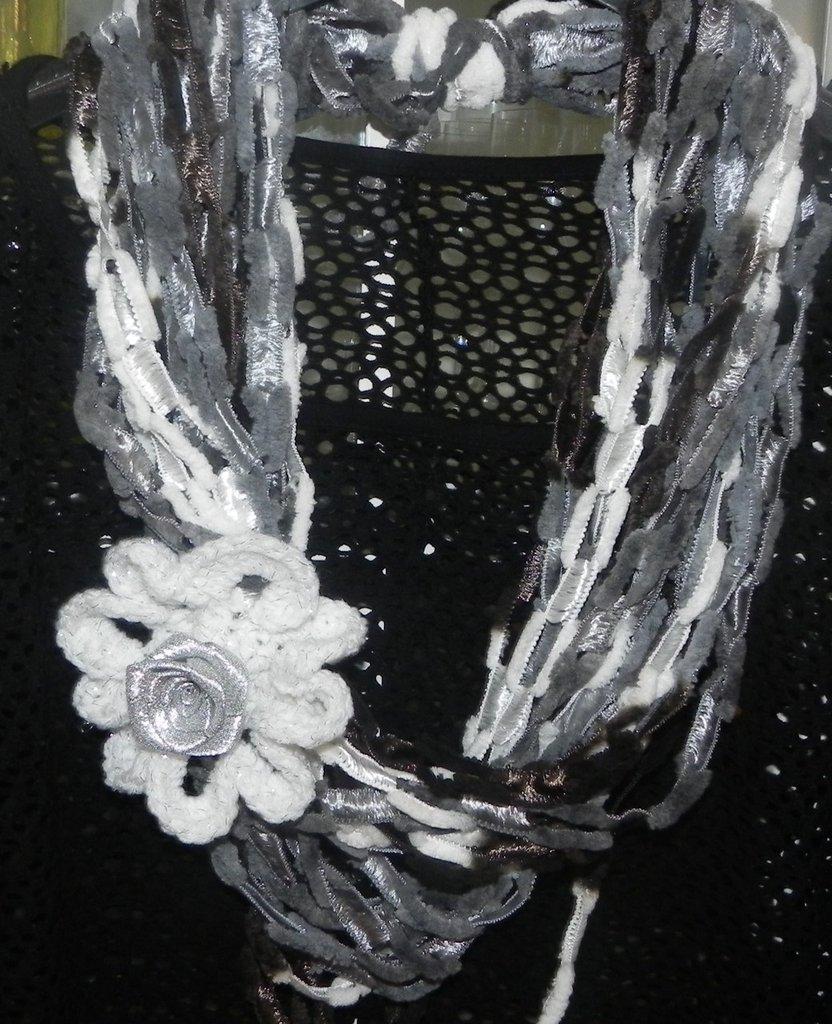 Sciarpa collana fatta a mano con fiore