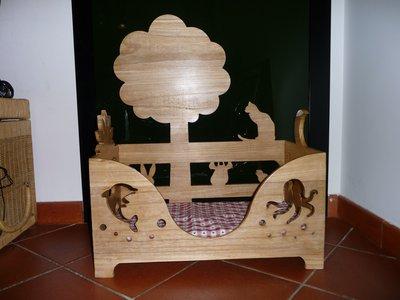 Lettino in legno adatto per gatti o cani di piccola taglia.