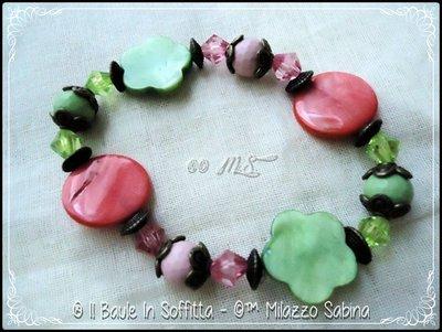 Bracciale con dischi e fiori in Madreperla colorata.