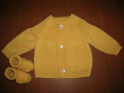 Completo per neonato composto da giacchino giallo e scarpine coordinate in pura lana vergine merinos.