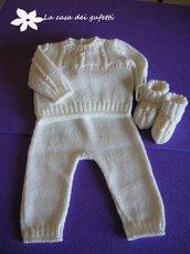 Completo bianco composto da  pantaloncino,  maglioncino e scarpine realizzato ai ferri in pura lana vergine
