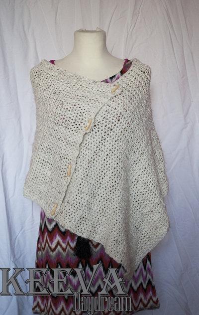 Poncho in lana bianca e bronzo lavorato all'uncinetto