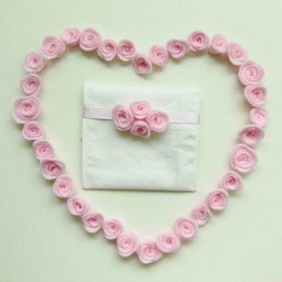 Bomboniera floreale: il bouquet di 4 fiori in feltro rosa per decorare il sacchetto portaconfetti fatto a mano!