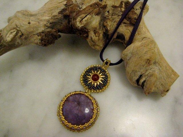 Ciondolo bead embroidery viola/oro