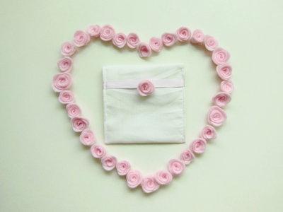 Bomboniera floreale: i fiori in feltro rosa per decorare il sacchetto portaconfetti fatto a mano!