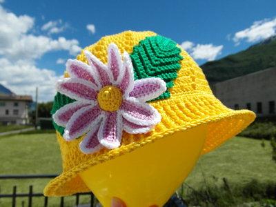 Cappellino con fiore all'uncinetto