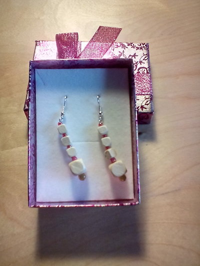 Orecchini pendenti in legno bianco e perline