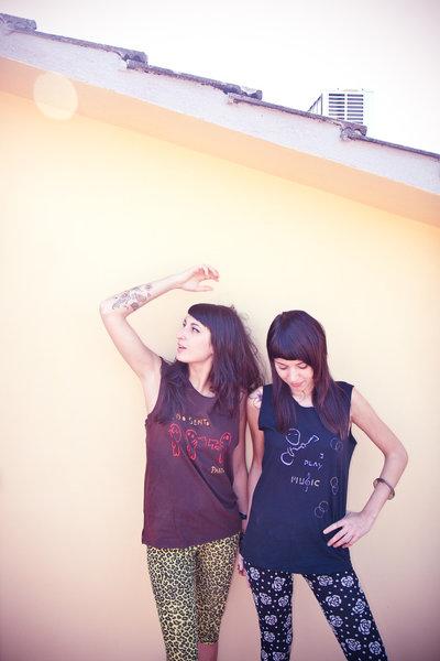 """T-shirt marrone senza maniche con stencil kodama """"vedo, sento, parlo!"""""""