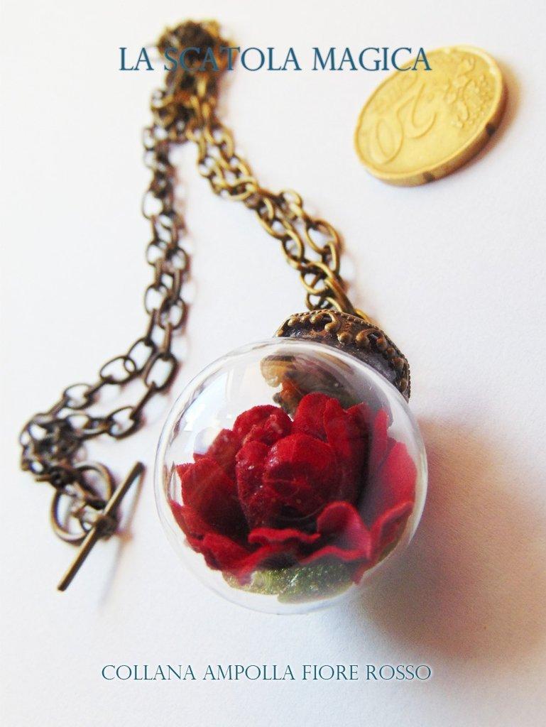 Collana lunga con ampolla di vetro e fiore rosso