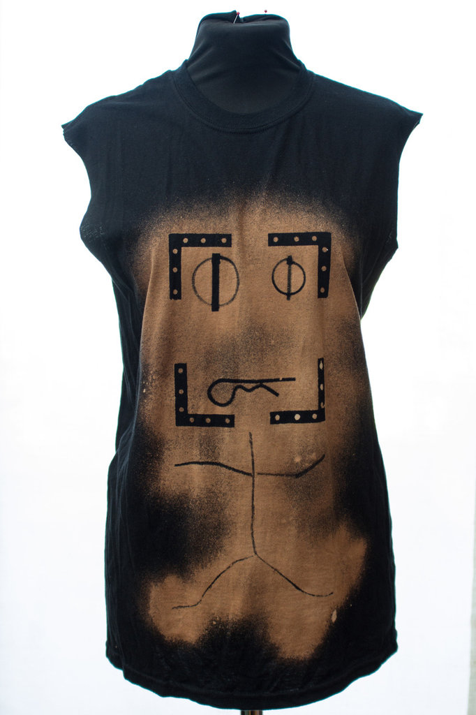 """T-shirt nera senza maniche stencil spray, robot, serie """"these tools are made for wearing"""""""