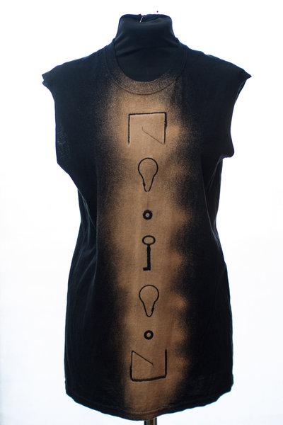 T-shirt nera senza maniche con disegno stencil spray verticale