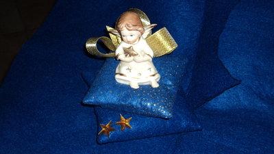 idea regalo utile Natale punta spilli artigianale blu con angelo ceramica