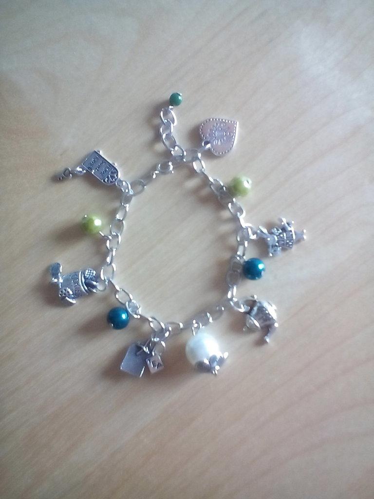bracciale catena con charm e perle tema alice nel paese delle meraviglie