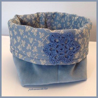 Cestino di velluto azzurro con centrìno in tinta