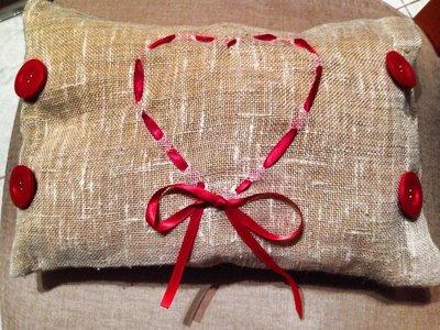 Cuscino in sacco con cuore rosso