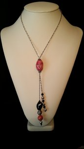 """Collana con catena, perla raku fuxia fatta a mano e perla in onice sfaccettato """"Lady chic"""""""