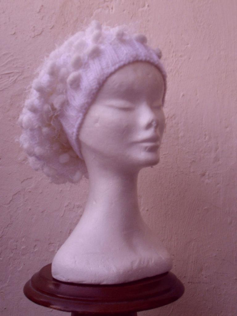 Cappello alla pescatora in lana  bianco con palline di ciniglia