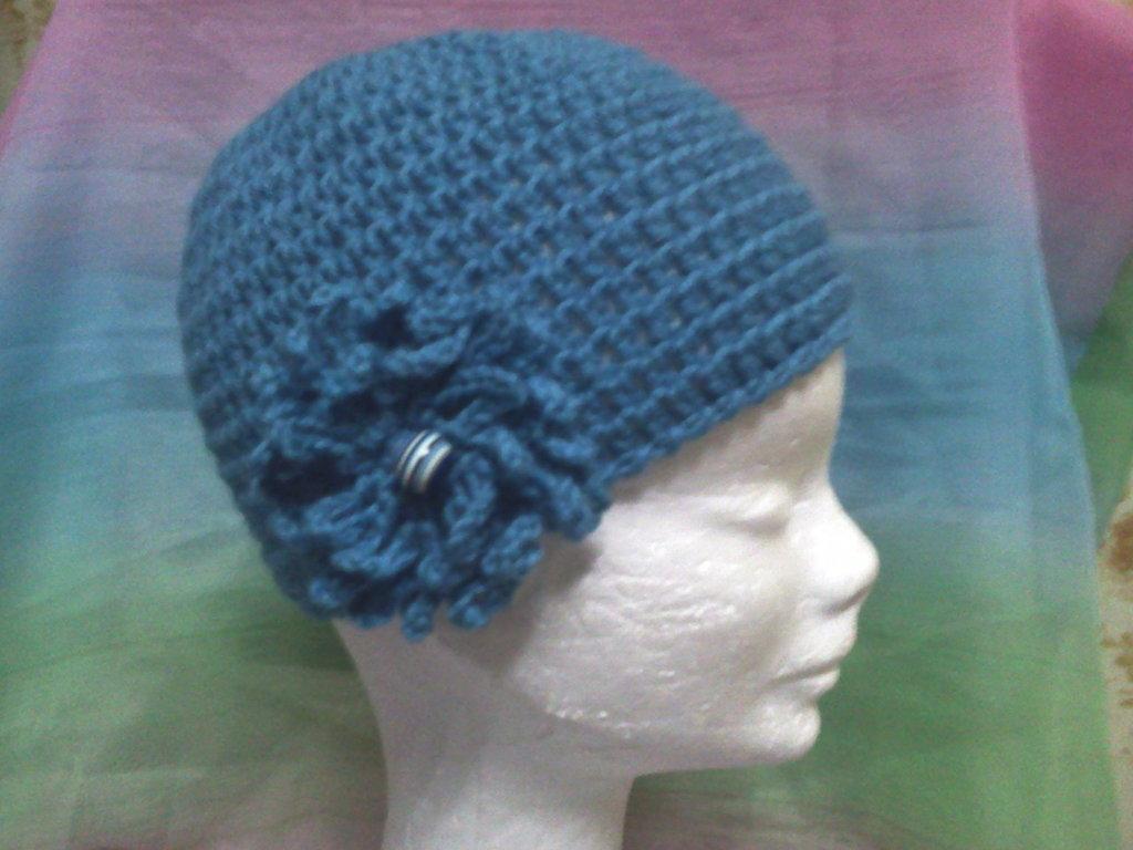Cappello in lana color petrolio con fiore e perla