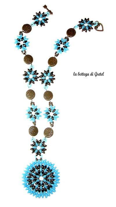 collana azzurra e bronzo