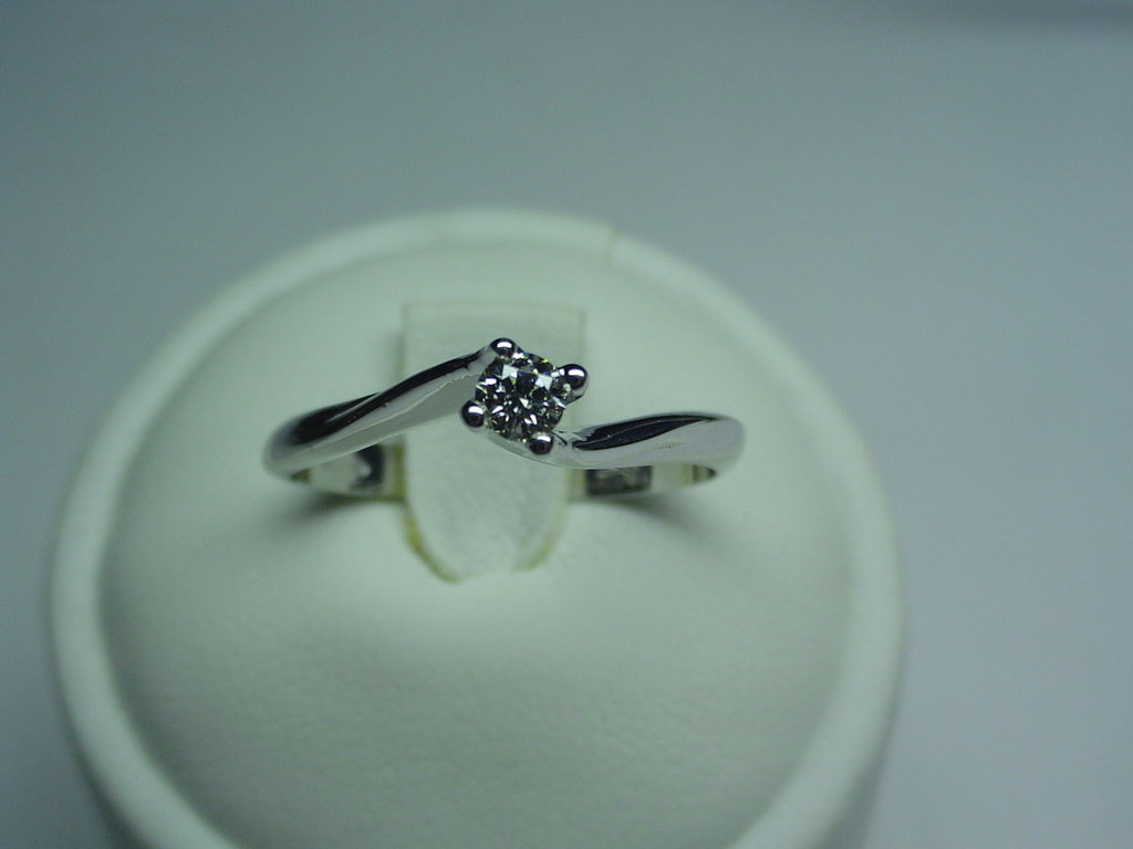Anello solitario--Valentino-- in oro 18kt e diamante taglio brillante.